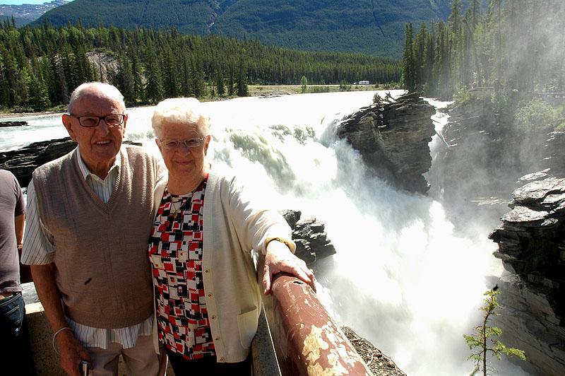 pap en Amalia bij de Athabasca Falls