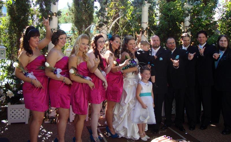 het officiële trouwgezelschap (bruidspaar, -meisjes, -jonkers, bloemenmeisje, 'page boy' met ringen